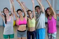 Groupe d'équipe de forme physique posant avec des bras dans le studio de forme physique Photographie stock
