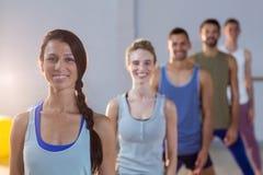 Groupe d'équipe de forme physique posant dans le studio de forme physique Images libres de droits