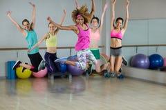 Groupe d'équipe de forme physique sautant dans le studio de forme physique Photos libres de droits