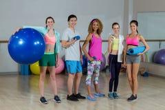 Groupe d'équipe de forme physique se tenant dans le studio de forme physique Images stock