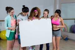 Groupe d'équipe de forme physique tenant la plaquette vide Image stock
