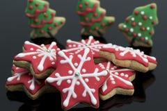 Groupe d'étoiles de pain d'épice et d'arbres de Noël Photo stock