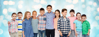Groupe d'étreindre de sourire heureux d'enfants Images stock