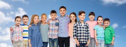 Groupe d'étreindre de sourire heureux d'enfants Photos stock