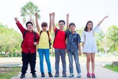 Groupe d'étudiant souriant en parc Photographie stock libre de droits