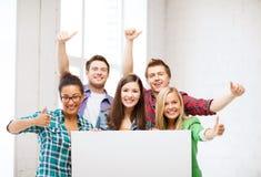 Groupe d'étudiants à l'école avec le conseil vide Image libre de droits