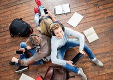 Groupe d'étudiants à l'aide des smartphones Photos libres de droits