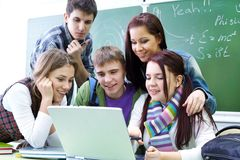Groupe d'étudiants étudiant avec l'ordinateur portatif Photo libre de droits