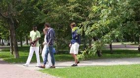 Groupe d'étudiants étudiant dehors, marchant et clips vidéos