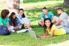 Groupe d'étudiants étudiant sur le campus Images libres de droits