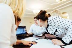 Groupe d'étudiants étudiant utilisant un ordinateur portable Photos stock