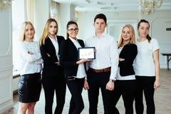 Groupe d'étudiants étudiant utilisant un ordinateur portable Images libres de droits