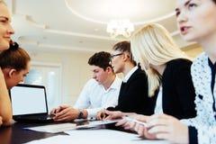 Groupe d'étudiants étudiant utilisant un ordinateur portable Photographie stock libre de droits