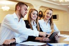 Groupe d'étudiants étudiant utilisant un ordinateur portable Photo stock