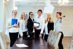 Groupe d'étudiants étudiant utilisant un ordinateur portable Image libre de droits