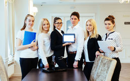 Groupe d'étudiants étudiant utilisant un ordinateur portable Image stock