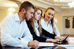 Groupe d'étudiants étudiant utilisant un ordinateur portable Photo libre de droits
