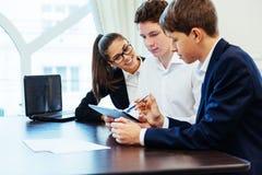 Groupe d'étudiants étudiant utilisant un ordinateur portable Photographie stock
