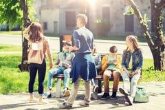 Groupe d'étudiants adolescents à la cour d'école Photos libres de droits