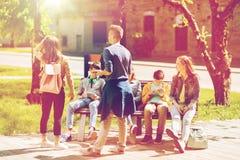 Groupe d'étudiants adolescents à la cour d'école Image stock