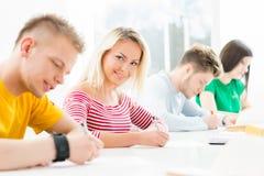 Groupe d'étudiants adolescents étudiant à la leçon dans la salle de classe Photos libres de droits
