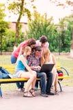 Groupe d'étudiants adolescents de sourire heureux Photo stock