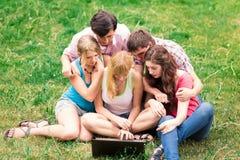 Groupe d'étudiants adolescents de sourire heureux en dehors de l'université Photo stock