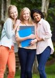 Groupe d'étudiants adolescents féminins dehors Photo stock
