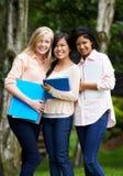 Groupe d'étudiants adolescents féminins dehors Image stock