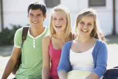 Groupe d'étudiants adolescents s'asseyant sur le banc Images libres de droits