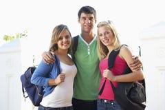 Groupe d'étudiants adolescents tenant le bâtiment extérieur de campus Photo libre de droits