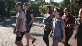 Groupe d'étudiants allant parler à l'université banque de vidéos