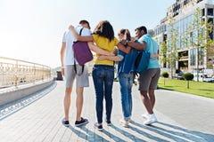 Groupe d'étudiants amicaux marchant par le passage Image libre de droits