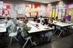 Groupe d'étudiants apprenant dans la salle de classe Photo libre de droits