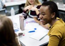 Groupe d'étudiants apprenant dans la salle de classe Photographie stock libre de droits
