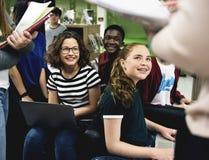 Groupe d'étudiants apprenant dans la salle de classe Images libres de droits