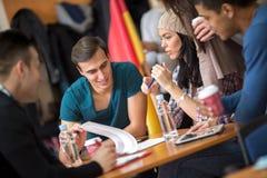 Groupe d'étudiants apprenant et discutant ensemble Photographie stock libre de droits