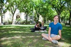 Groupe d'étudiants au campus d'université Photographie stock