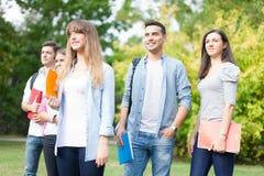 Groupe d'étudiants au parc Photo libre de droits