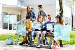 Groupe d'étudiants avec des carnets à la cour d'école Photo libre de droits