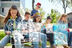 Groupe d'étudiants avec des carnets à la cour d'école Images stock