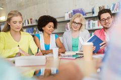Groupe d'étudiants avec des livres à la bibliothèque d'école Photos libres de droits
