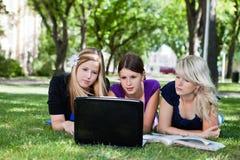 Groupe d'étudiants avec l'ordinateur portable Photos stock