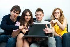 Groupe d'étudiants avec l'ordinateur portatif Photo libre de droits