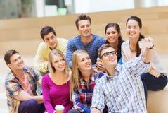 Groupe d'étudiants avec la tasse de smartphone et de café Image libre de droits