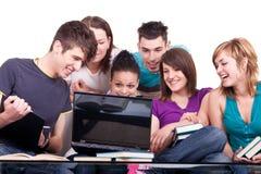 Groupe d'étudiants avec le cahier Image stock