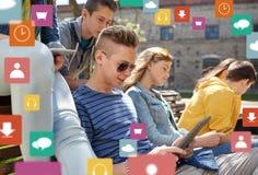 Groupe d'étudiants avec le PC de comprimé dehors Image libre de droits