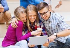 Groupe d'étudiants avec le PC de comprimé et la tasse de café Photo libre de droits
