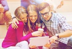 Groupe d'étudiants avec le PC de comprimé et la tasse de café Image libre de droits