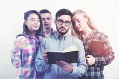 Groupe d'étudiants avec un livre Photo libre de droits